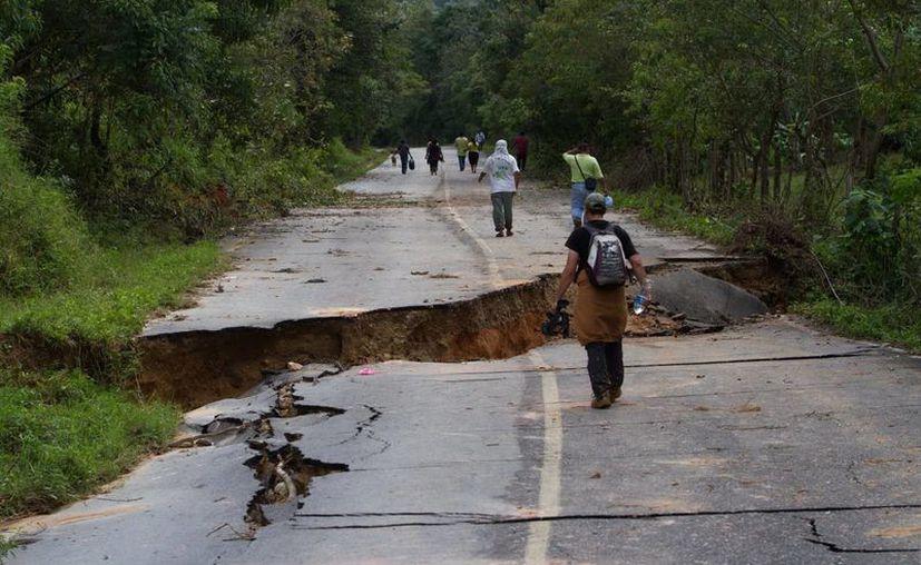 """Debido al paso de las tormentas así quedó la carretera que conduce a la comunidad """"El Paraíso"""", Guerrero. (Notimex)"""