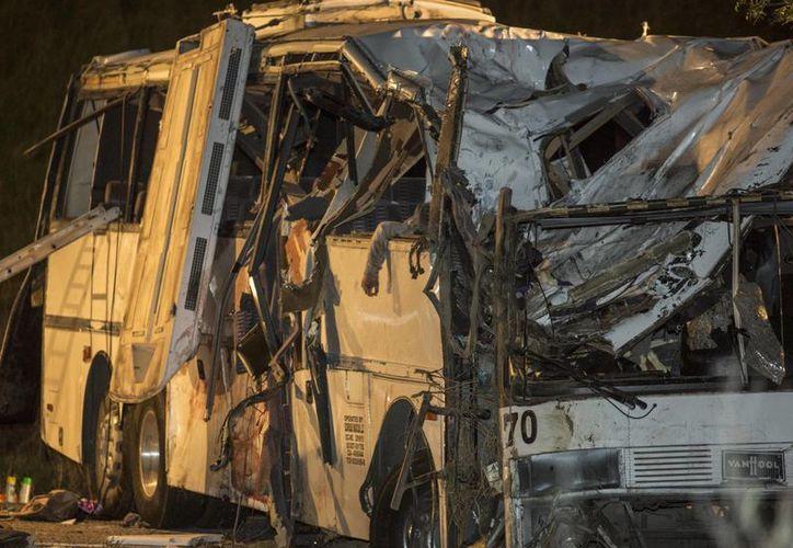 El autobús chocó contra la parte trasera de un sedán, volcó y se impactó contra una camioneta. (AP)