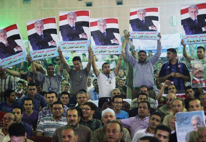 Partidarios del candidato a la presidencia de Egipto Hamdeen Sabahi muestran carteles con su imagen durante un acto de campaña en Mahalla, Egipto. (Agencias)