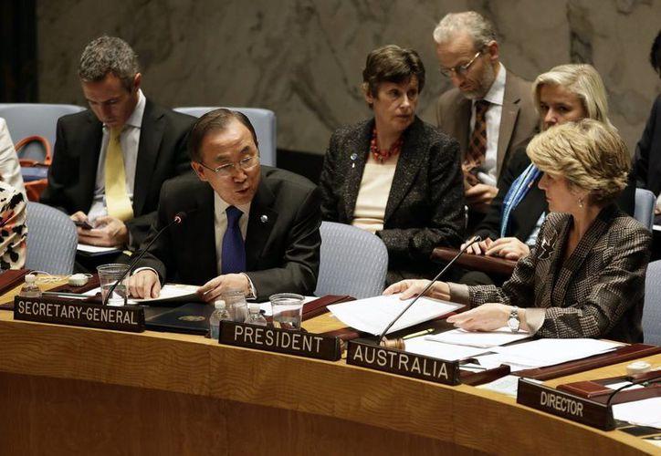 El secretario general de Naciones Unidas, Ban Ki-moon (i), con miembros del Consejo de Seguridad. (EFE)