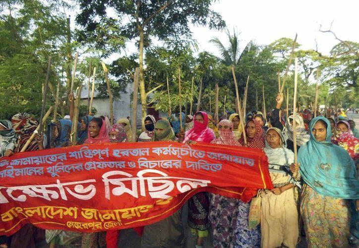 Militantes de Jamaat-e-Islami durante una manifestación a favor de Abdul Quader Molla, condenado a muerte. (Agencias)