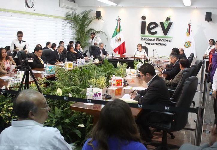 Actividades en el Instituto Electoral de Veracruz. En cuanto a diputados hay una participación del 42.79%. (Notimex)