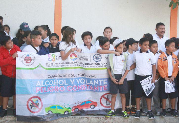 Los pequeños aprovecharon el alto del semáforo para entregar folletos. (Foto: Sergio Orozco)