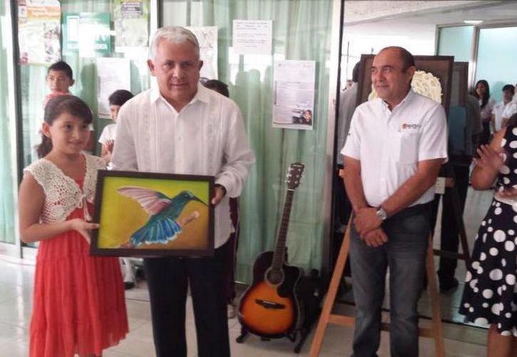 Una de las alumnas le entregó  una pintura al Secretario de Educación y Cultura. (Redación/SIPSE)