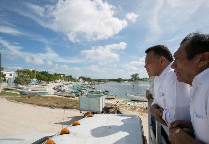 El Gobernador de Yucatán, Rolando Zapata Bello, pidió una mayor unidad entre autoridades y sociedad de cara al inicio del 2016, esto en su visita a los municipios de Celestún y Kinchil. (Imágenes de cortesía)