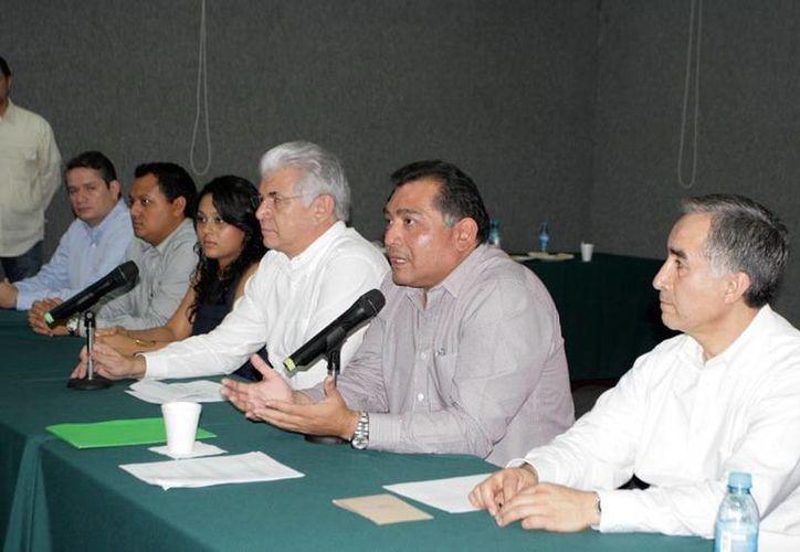 Empresarios yucatecos presentaron una rueda de prensa acompañados de Víctor Caballero para hablar de su experiencia durante su gira en China. (Milenio Novedades)