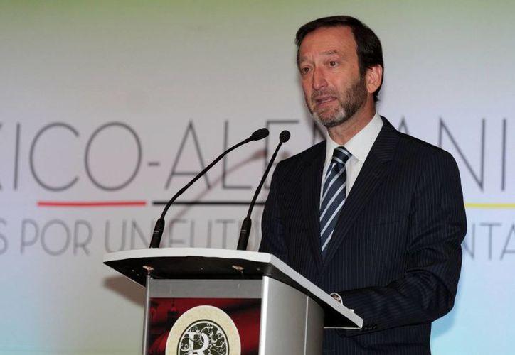 Viktor Elbling, embajador de Alemania en México, y un acompañante dejaron estacionadas sus bicicletas en la explanada del Palacio de Bellas Artes de Ciudad de México y al regresar después de un paseo de dos horas se encontraron con que habían sido robadas.- (Notimex)