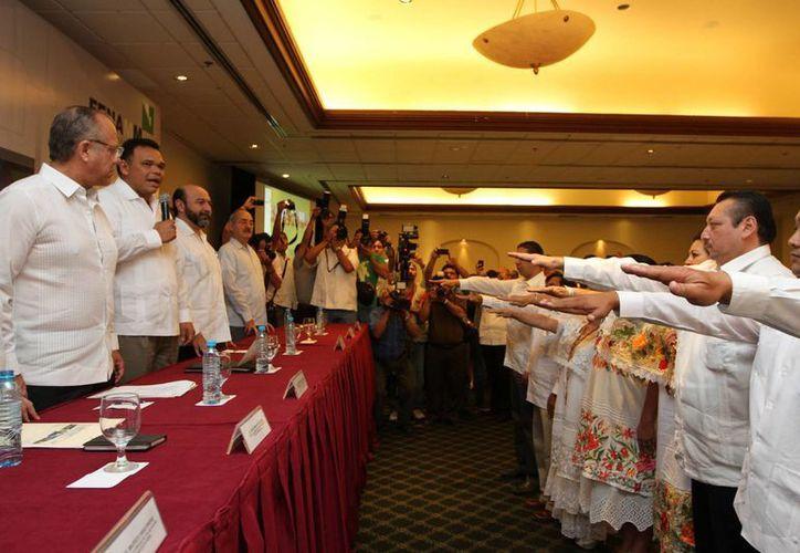 Encabezan la nueva directiva de la FENAMM en el estado, los alcaldes de Valladolid, Roger Alcocer (presidente)  y de Tekax, Carmen Navarrete (vicepresidenta). (Cortesía)