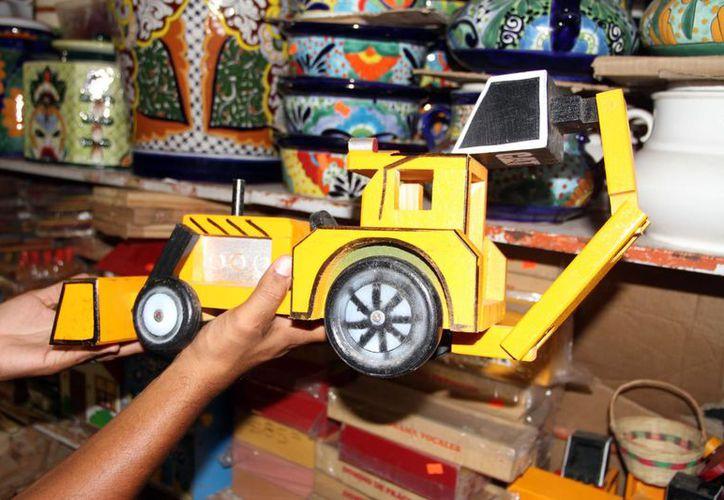 Los juguetes de madera son una buena opción para regalar a los pequeños de escasos recursos de Cancún. (Tomás Álvarez/SIPSE)
