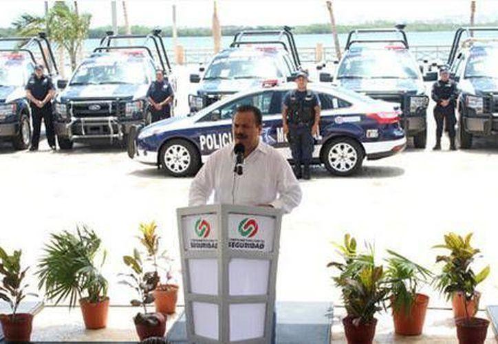 El presidente municipal en la ceremonia de entrega de las patrullas. (Cortesía/SIPSE)