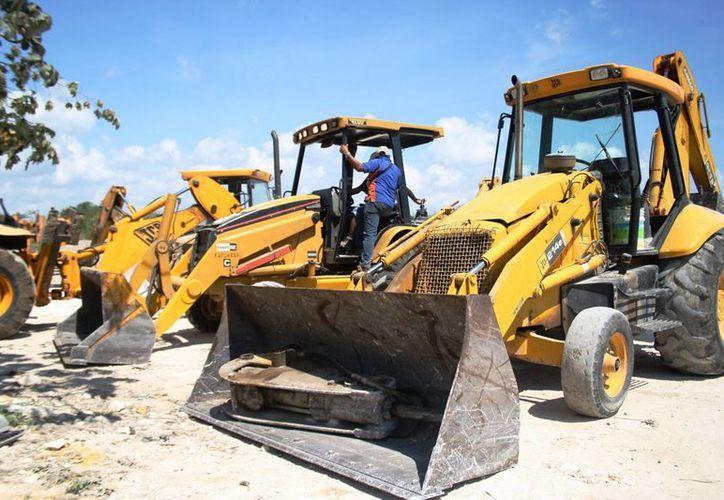 Los operadores de maquinaria pesada lamentan la poca actividad en la construcción que hay actualmente. (Octavio Martínez/SIPSE)