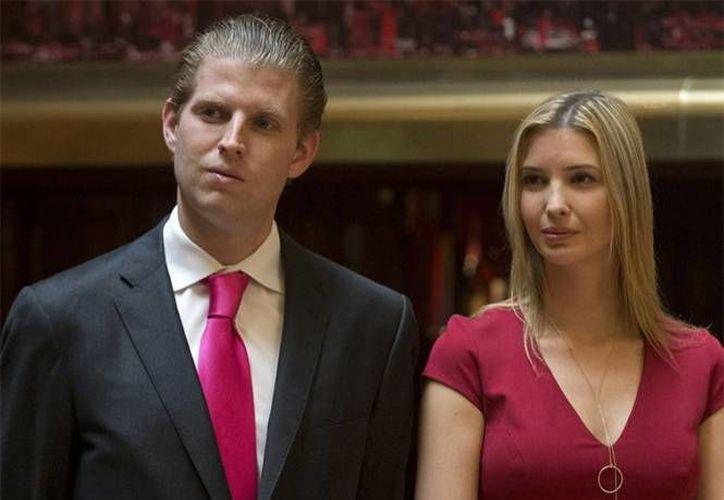 Donald Trump asegura que sus hijos Ivanka y Eric se sienten 'muy muy culpables' de no poder votar por él en las primarias republicanas. (AP)