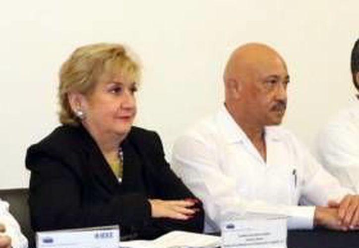 La directora del Cocei, , María Elena Barrera Bustillos, junto al rector de la Uady, José de Jesús Williams, institución con la sumarán esfuerzos para obtener el aval. (Milenio Novedades)