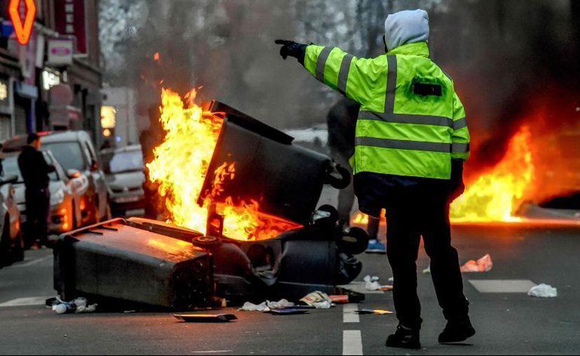 La Policía responde con gases lacrimógenos al lanzamiento de piedras y botellas contra los agentes. (Foto: AFP)
