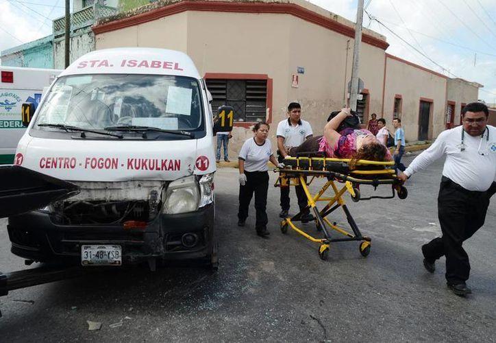 Una de las seis pasajeras lesionadas es atendida por paramédicos de la Policía Municipal de Mérida. (Milenio Novedades)
