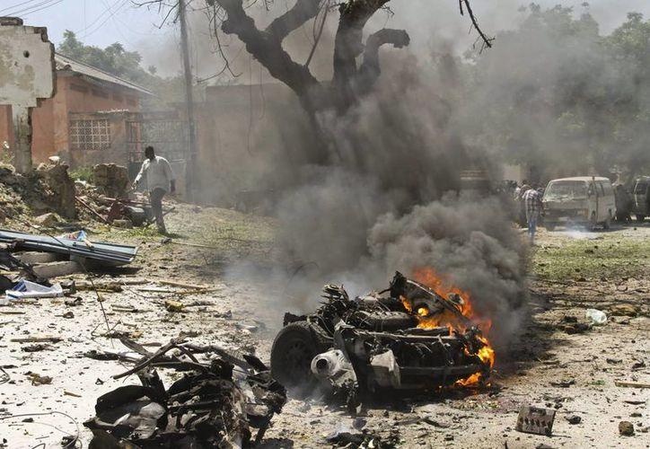 Un hombre camina cerca del lugar donde se ha registrado un atentado con coche bomba en Mogadiscio, Somalia. (Archivo/EFE)