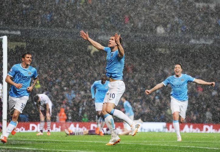 Edin Dzeko, máximo goleador en la historia de Bosnia, marcó dos goles ante el Aston Villa que podrían representar el ganar el título de liga para el Manchester City. (EFE)