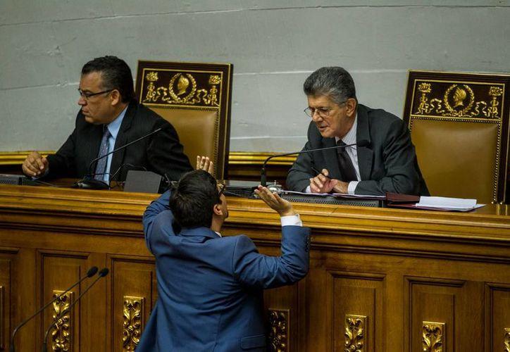 El presidente de la Asamblea Nacional de Venezuela, Henry Ramos Allup (d), rechazó la sentencia favorable al presidente Nicolás Maduro, relativa al proceso de juicio político que abrió el Parlamento, dominado por la oposición. (EFE)