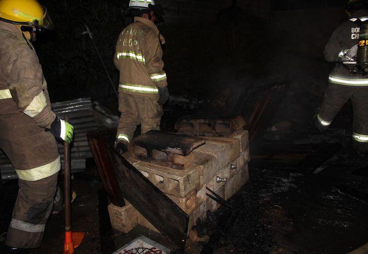 El fuego solo consumió las maderas y láminas de la palapa, sin poner en riesgo a los habitantes de la casa. (Foto: Redacción/SIPSE)