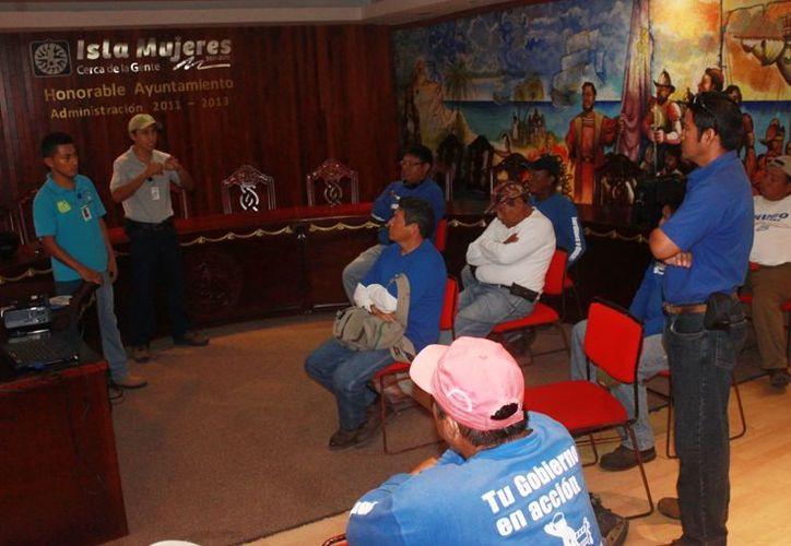 Los trabajadores conocieron las acciones rápidas de detección de plagas. (Lanrry Parra/SIPSE)