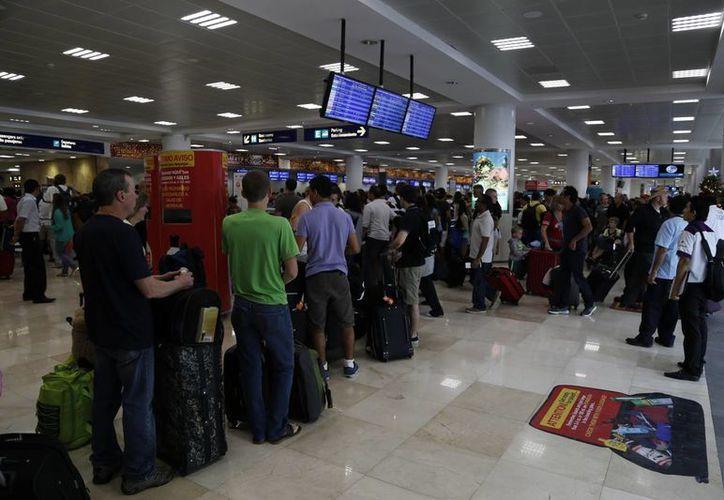 La instalación de la báscula es una más de las atenciones que otorga la Profeco hacia los usuarios del aeropuerto. (Hugo Zúñiga/SIPSE)