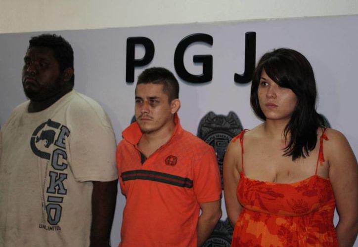 """Los detenidos: Oswaldo Sánchez Gómez, Andrés Bernardo Ramírez, alías """"El Chicken,"""" y Mayan Yareset Cano Castillo. (Redacción/SIPSE)"""