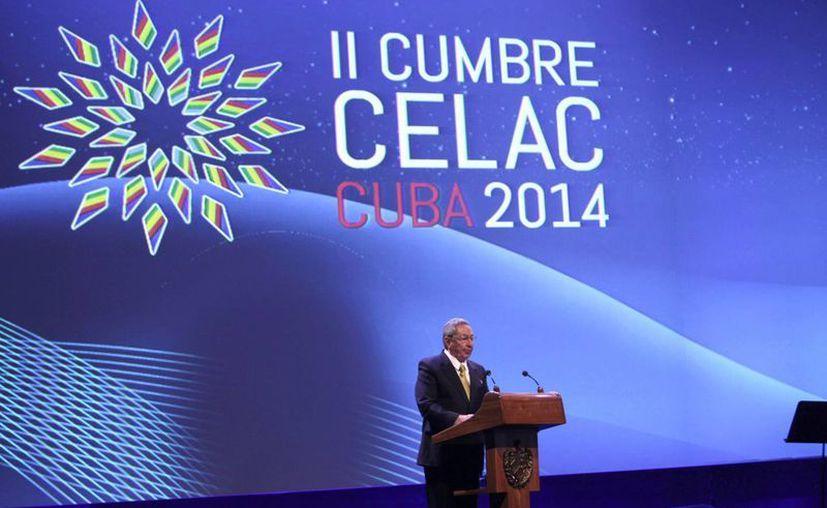Al comenzar su discurso Castro pidió un minuto de silencio en memoria al fallecido mandatario venezolano, Hugo Chávez. (Agencias)