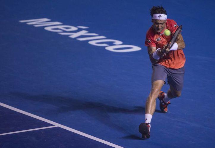 David Ferrer al momento de hacer una devolución a Ryan Harrison en la semifinal del Abierto Mexicano, El español podría convertirse hoy en uno de los dos tenistas más ganadores en la historia del torneo. (Foto: AP)