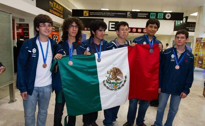 Matemáticos mexicanos siempre ponen en el alto al país en las competencias internacionales, como la de Colombia, donde el equipo obtuvo el sitio 17 de entre 97 países participantes. (Archivo Notimex)