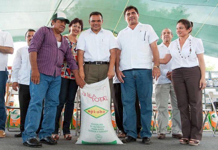 El gobernador Rolando Zapata Bello en la entrega de material. (Milenio Novedades)