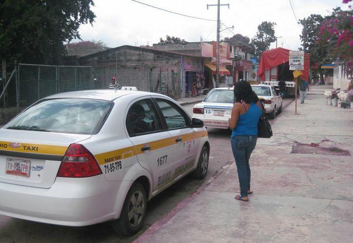 Autoridades bacalarenses y chetumaleñas contemplan la instalación de filtros de revisión a taxistas en la entrada de ambas ciudades, para verificar que se cumplan los acuerdos gremiales establecidos. (Javier Ortiz/SIPSE)