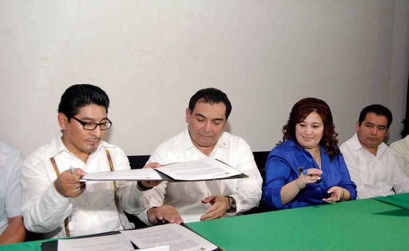Firma de dos convenios del Ineli con la Fiscalía General del Estado. (Milenio Novedades)