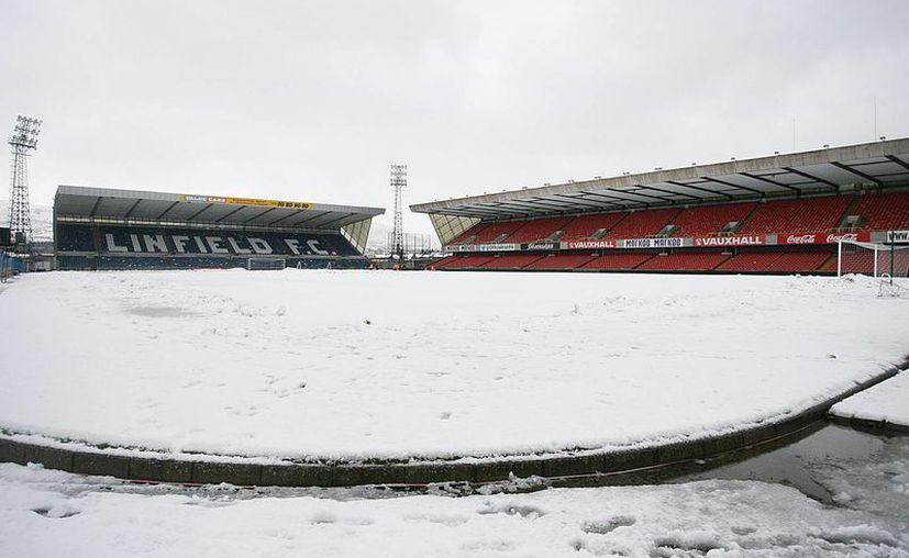 La nieve que cubre la cancha del estadio Windsor Park obligó a la cancelación del encuentro. (Foto: Agencias)