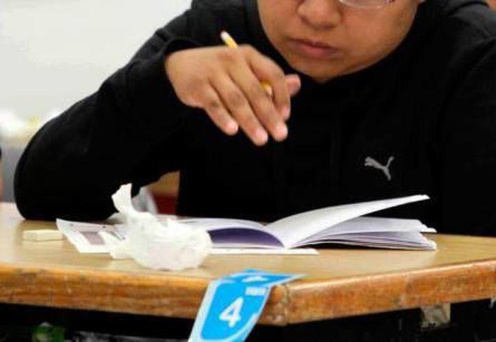 Según datos de la SEP, solo el 5.26 por ciento de los participantes alcanzaron el nivel A, el más alto de las cuatro fases que comprende el examen, es decir, unos 2 mil 120 maestros. (Archivo Sipse)