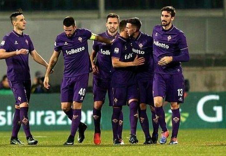 Fiorentina y Napoli empataron 3-3 este jueves en la jornada 18 de la Liga Italiana. Con este resultado la Fiore termina el año en el noveno puesto de la tabla general, y el cuadro albiazul es tercero. (Ffoto tomada de capitaldeporte.com)