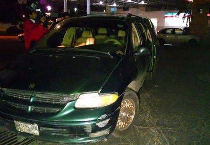 Camioneta en la que fueron transportados la víctima mortal y los dos heridos tras la balacera en un bar del Estado de México. (Milenio)
