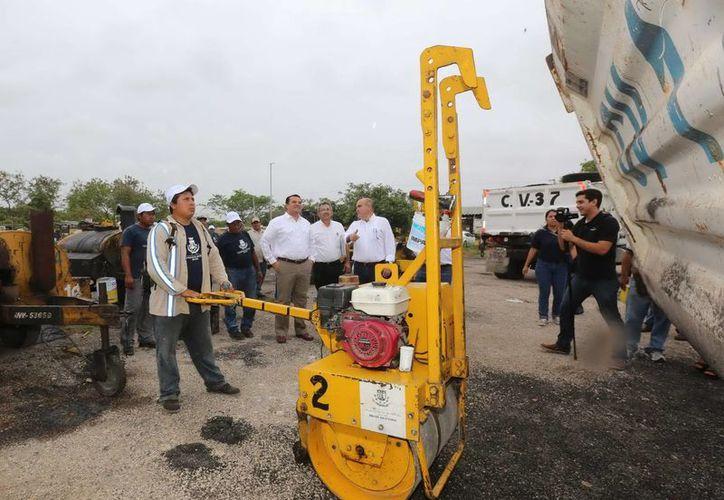 El alcalde meridano Renán Barrera supervisó este lunes trabajos de bacheo, y detalló los avances alcanzados en la materia. (Cortesía)