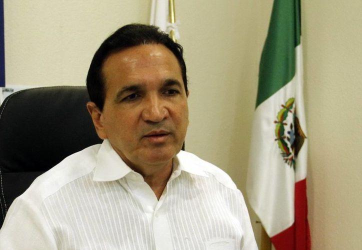 El martes Juan Manuel López Campos, presidente del CCE, entregó al Gobernador la solicitud formal para ampliar el periodo de asueto escolar de manera corrida julio y agosto. (SIPSE)
