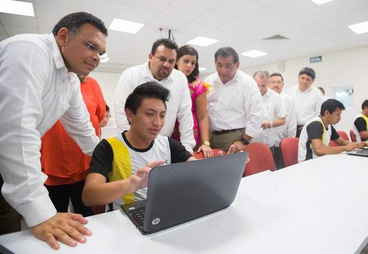 El gobernador yucateco Rolando Zapata estuvo en Izamal para inaugurar una biblioteca universitaria y hacer entrega de 800 computadoras a estudiantes de diversos municipios. (Foto cortesía del Gobierno de Yucatán)