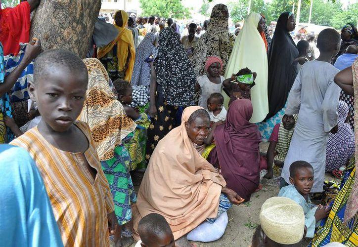 Imagen del miércoles 3 de agosto de 2014, de cientos de personas que dejaron su hogar durante un ataque de militantes islamistas en Bama y que se refugiaron en una escuela en Maiduguri, Nigeria. (Foto: AP/Jossy Ola)