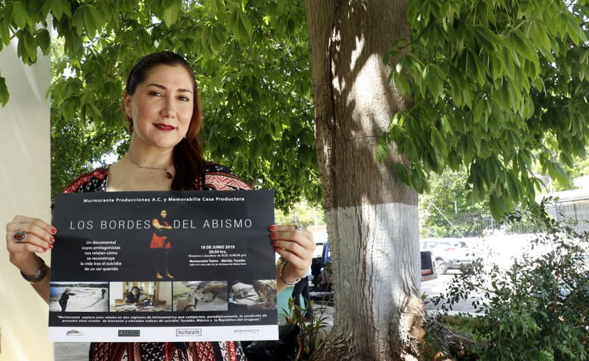 Ariadna Medina con un cartel del documental, que se proyectará a la próxima semana(Foto:José Acosta/Novedades Yucatán)