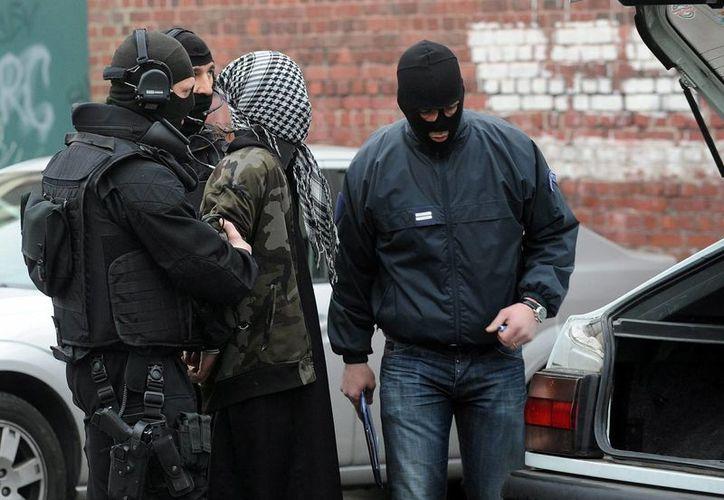 Una persona es detenida en una redada contra el terrorismo islámico en Roubaix, Francia, en abril de 2012. (EFE/Archivo)