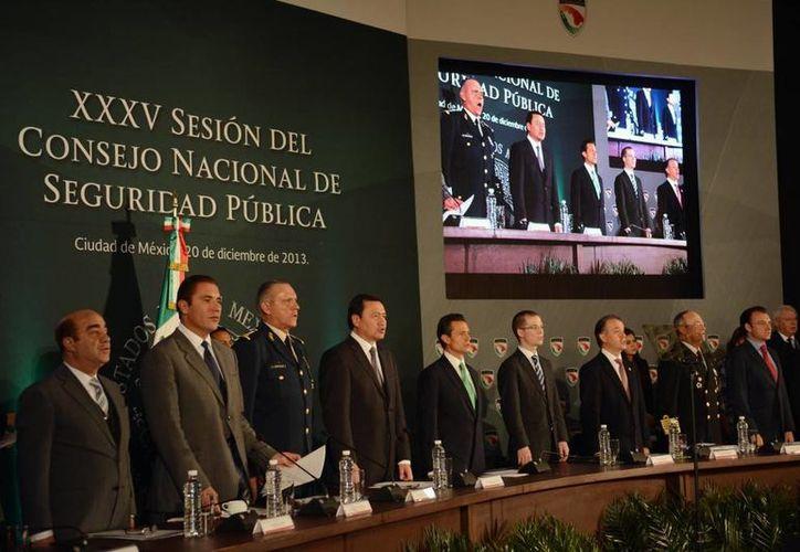 Miguel Angel Osorio Chong (cuarto desde la izquierda) aparece junto al presidente Enrique Peña Nieto en el 35 Consejo Nacional de Seguridad Pública. (presidencia.gob.mx)