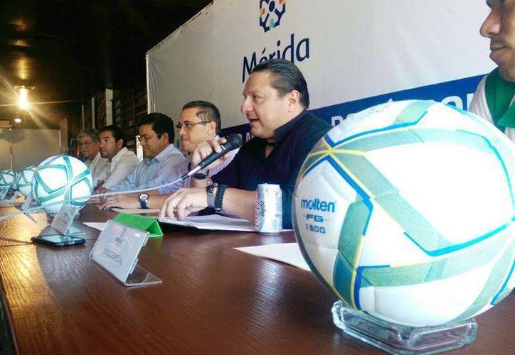 Imagen de la presentación del Torneo Municipal de Futbol de Barrios y Comisarias, que se realizará en el Campo Iches Burgos de Chuburna. (Milenio Novedades)