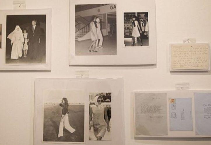Varias fotografías de Jacqueline Kennedy Onassis tomadas por Bob Davidoff, que durante décadas fue el fotógrafo de la familia Kennedy en Palm Beach, y cartas personales escritas a mano por Kennedy Onassis son exhibidas antes de ser subastadas en West Palm Beach, Florida. (Agencias)