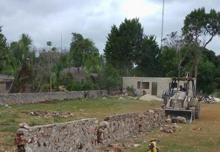 El muro de casi 10 metros fue derribado con maquinaria pesada por orden de la alcaldesa Ruth Micaela Cauich Couoh. (SIPSE)