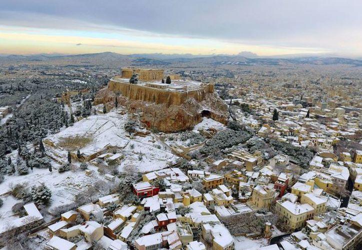 La nevada en Grecia regaló a los propios y visitantes una bella e inusual postal: la Acrópolis de Atenas cubierta de blanco. (AP/Antonis Nikolopoulos/Eurokinissi)
