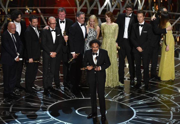 Alejandro González Iñárritu agradece el premio Oscar a la mejor película. (AP)