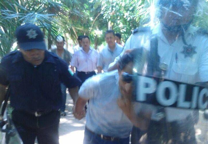Judiciales llegaron a la Plaza de la Reforma para detener a los docentes que presuntamente causaron daños. (Jazmín Ramos/SIPSE)