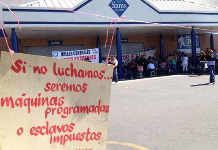 Los maestros se apoderaron de diversas tiendas comerciales de Oaxaca. (Óscar Rodríguez/Milenio)
